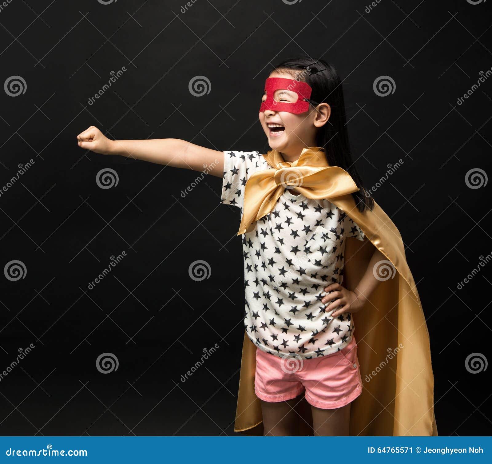 Niños del super héroe en un fondo negro