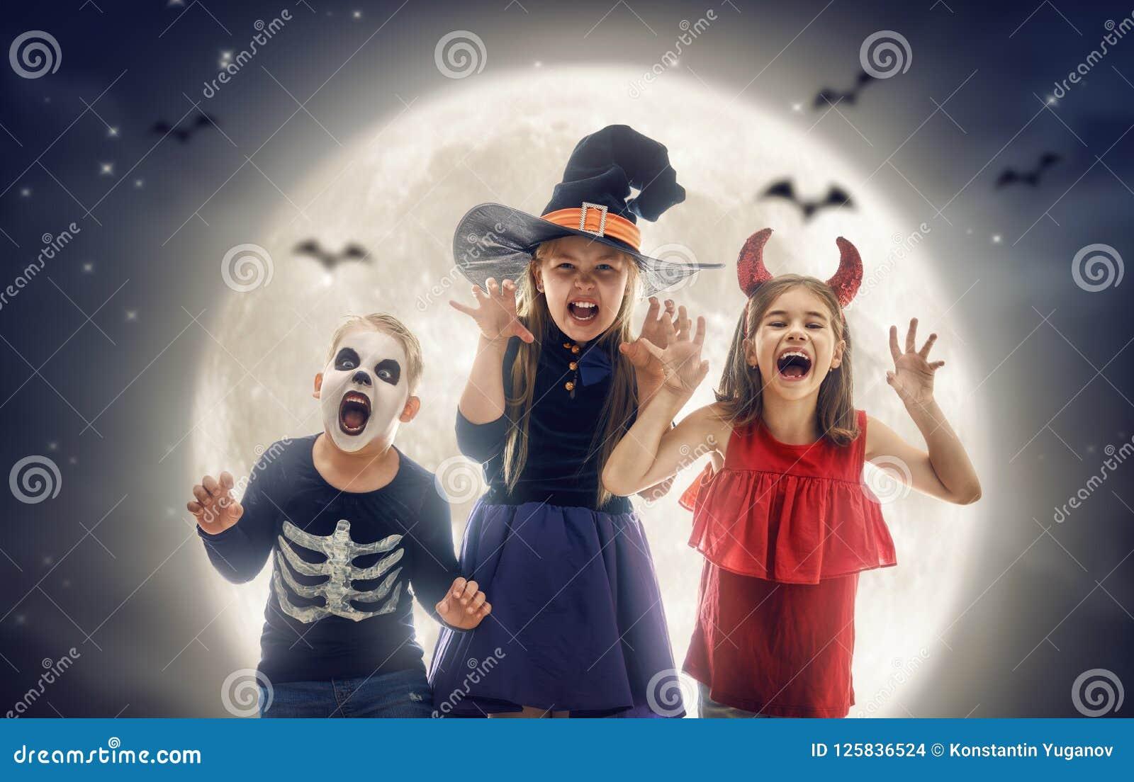 Niños el víspera de Todos los Santos
