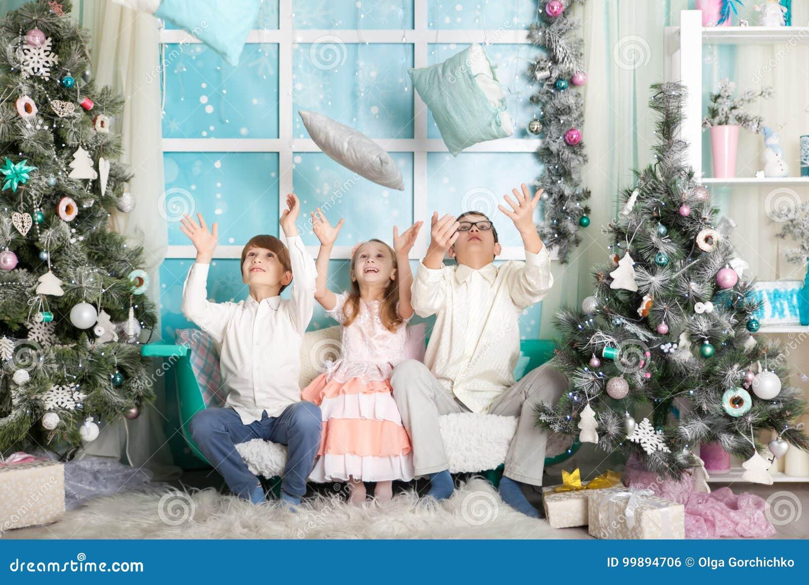 Niños en decoraciones de una Navidad