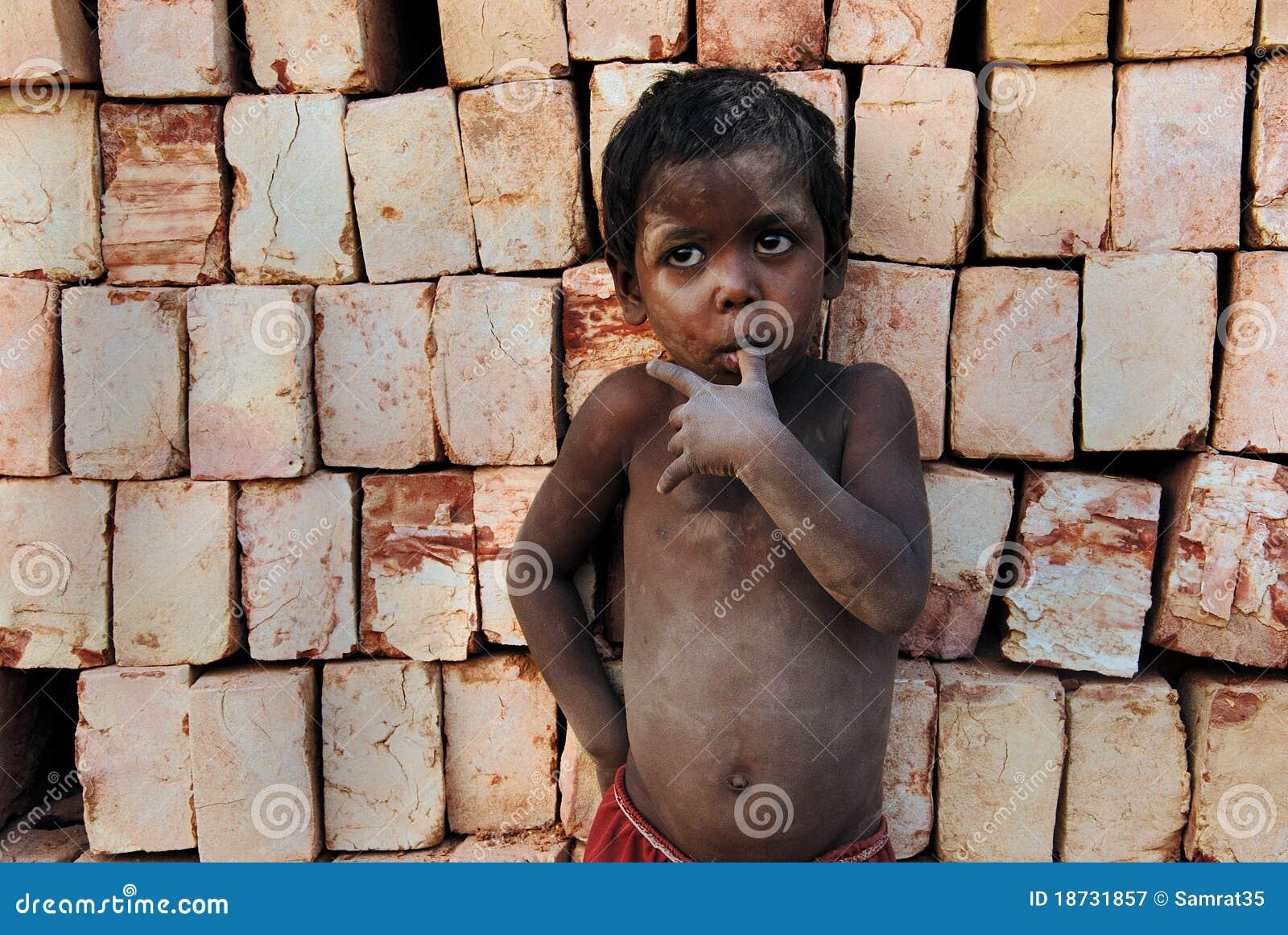 Niños en el Brickfield en la India