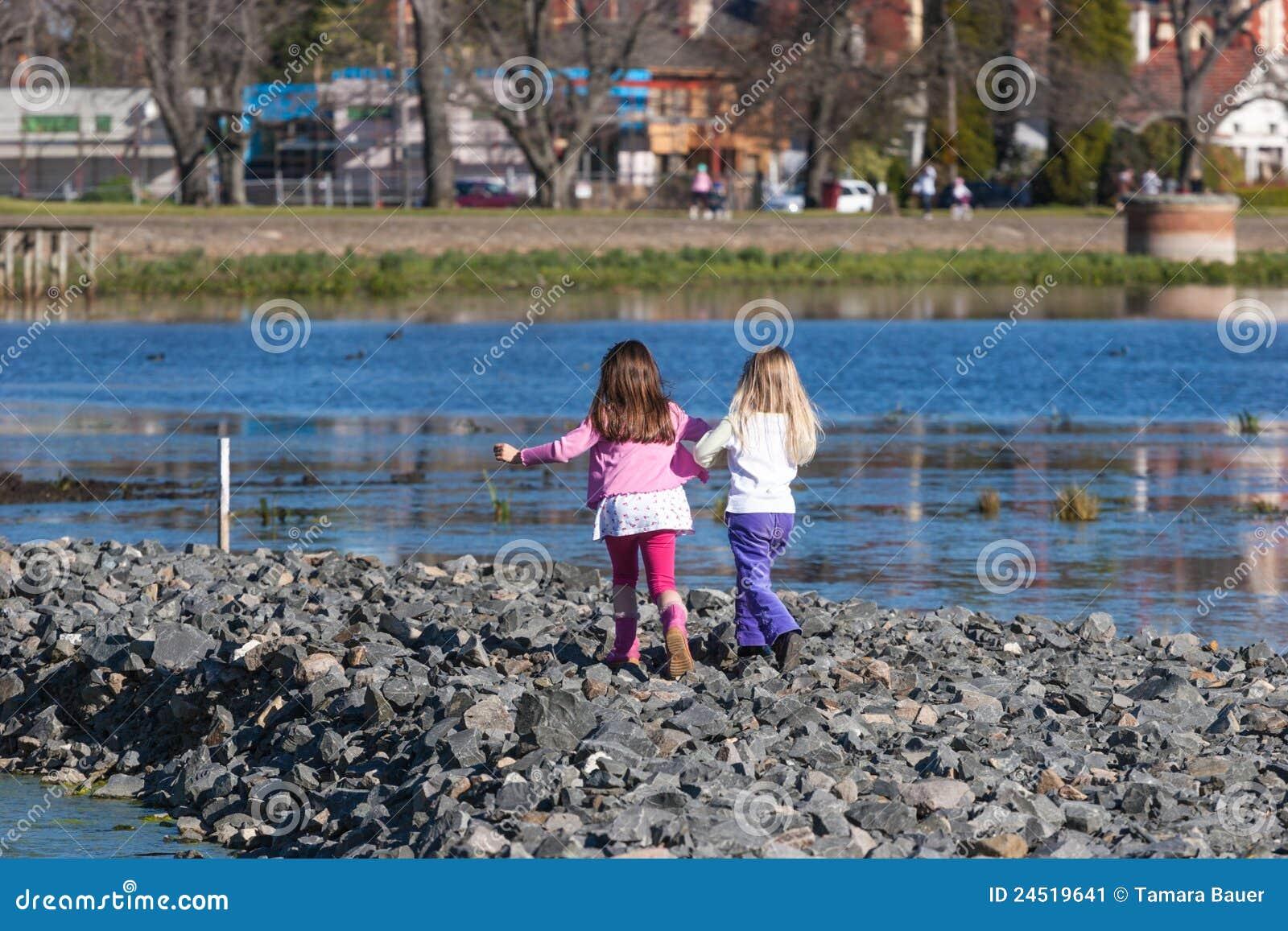 Niños en el lago