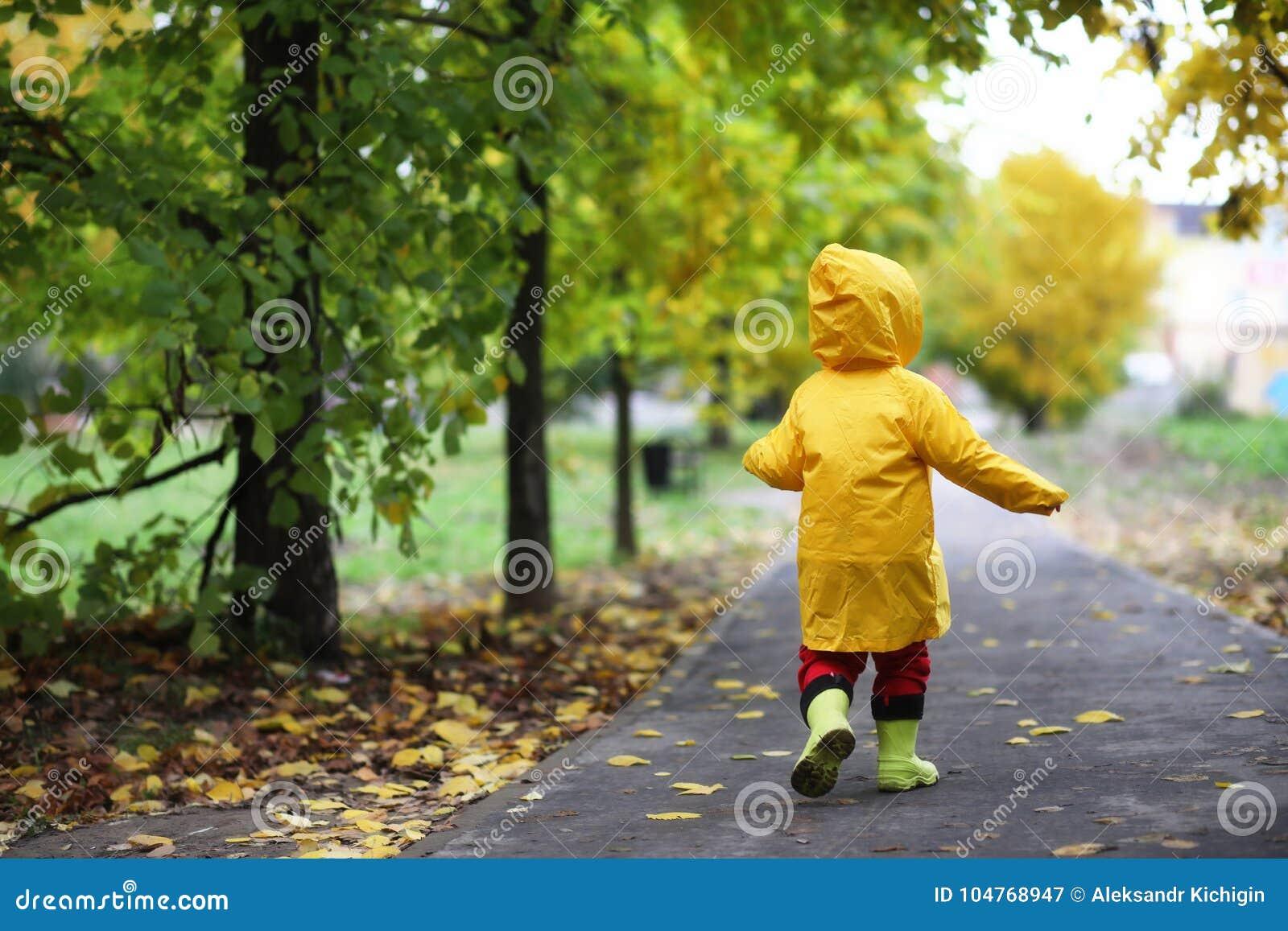 Niños en el paseo del parque del otoño