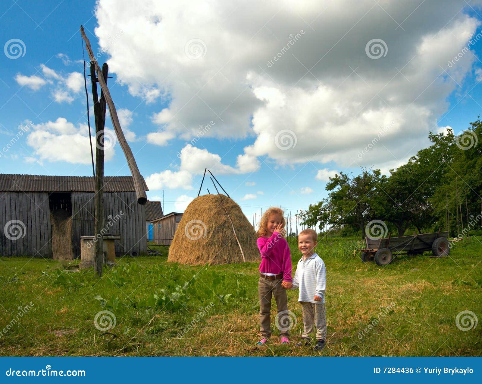 Niños en granja del país