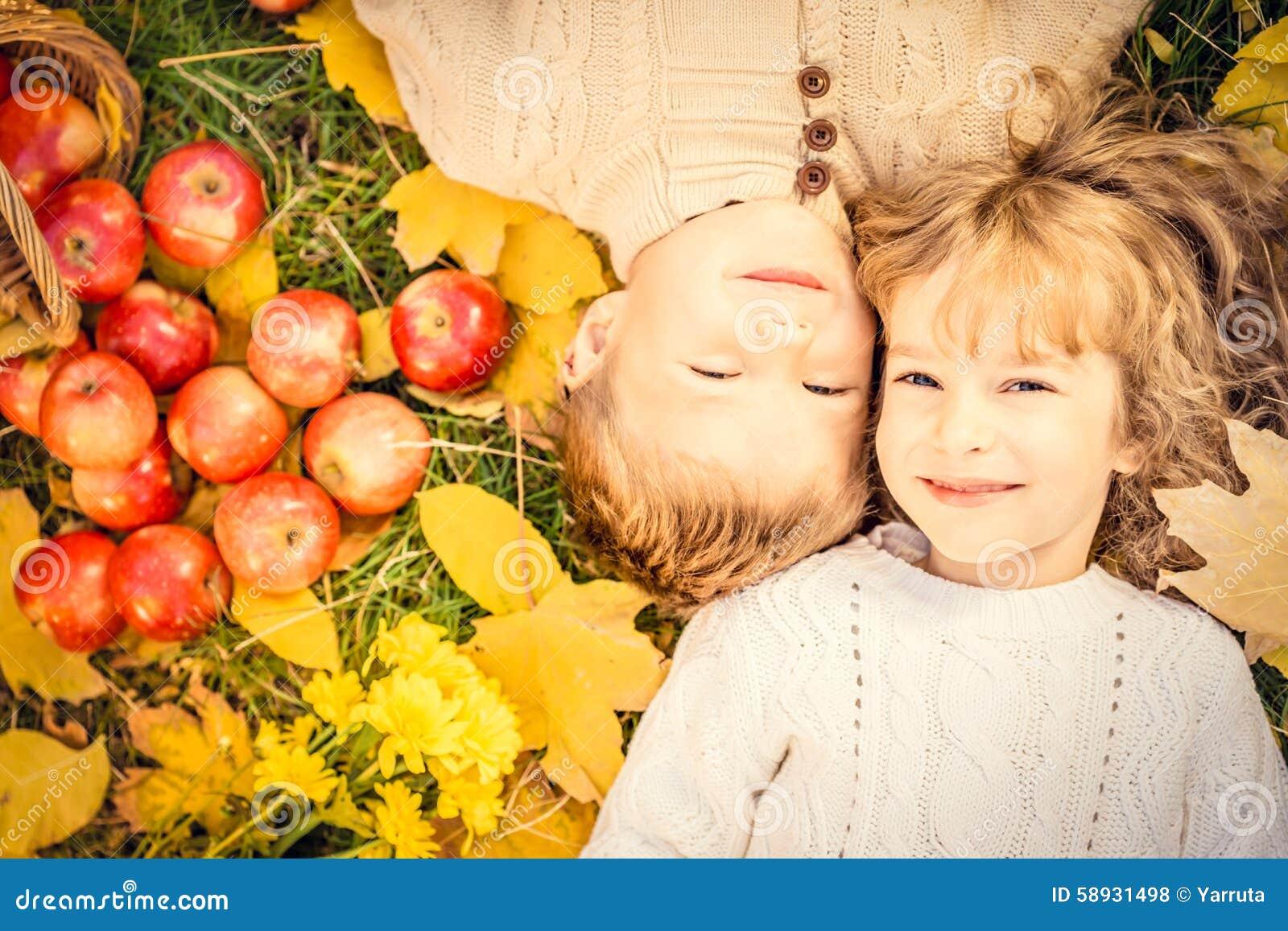 Niños en parque del otoño