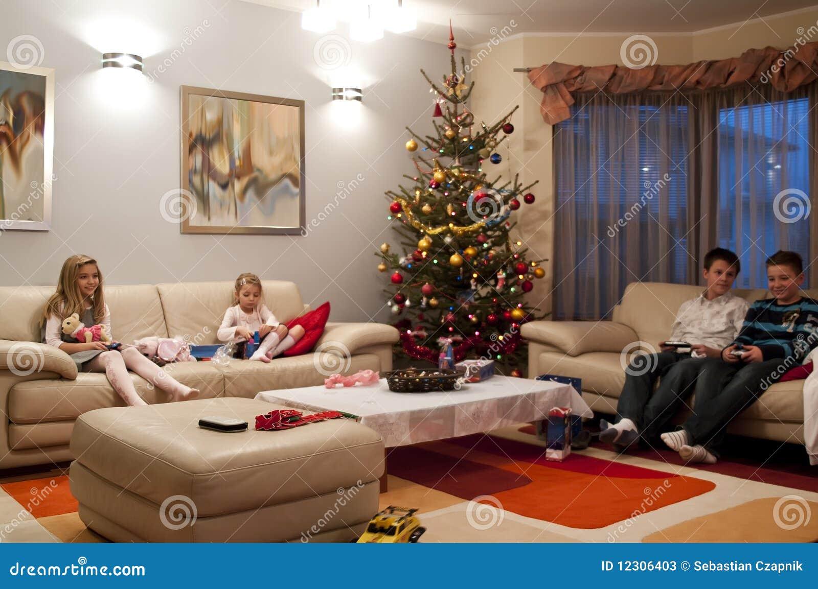 Ni os en sala de estar fotos de archivo imagen 12306403 for Sala de estar con tv
