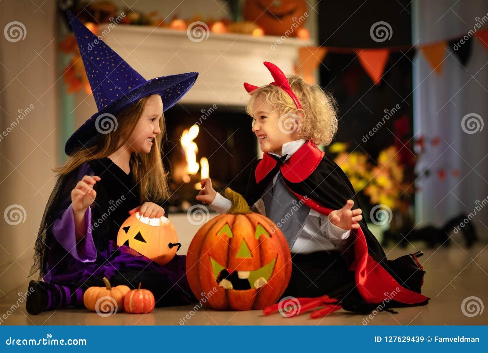 Niños en traje de la bruja en el truco o la invitación de Halloween