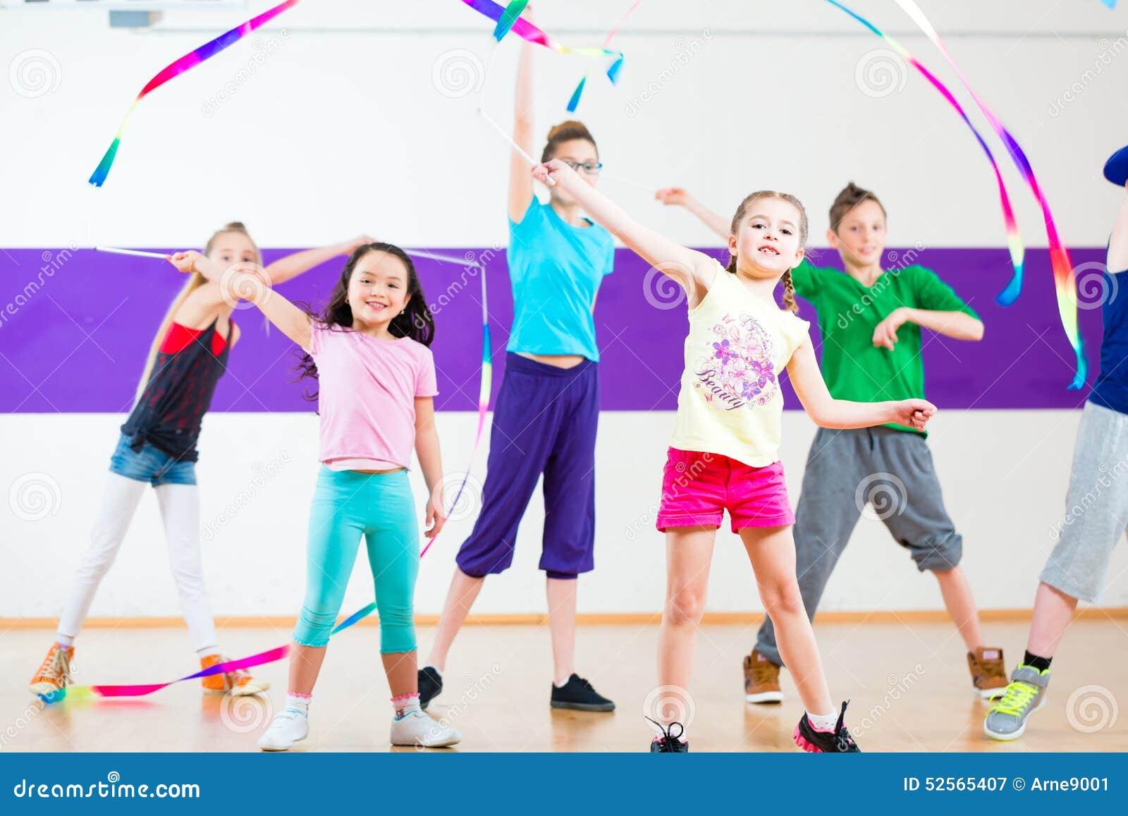 Niños En Traninng De La Clase De Baile Con Las Bufandas Foto de ...