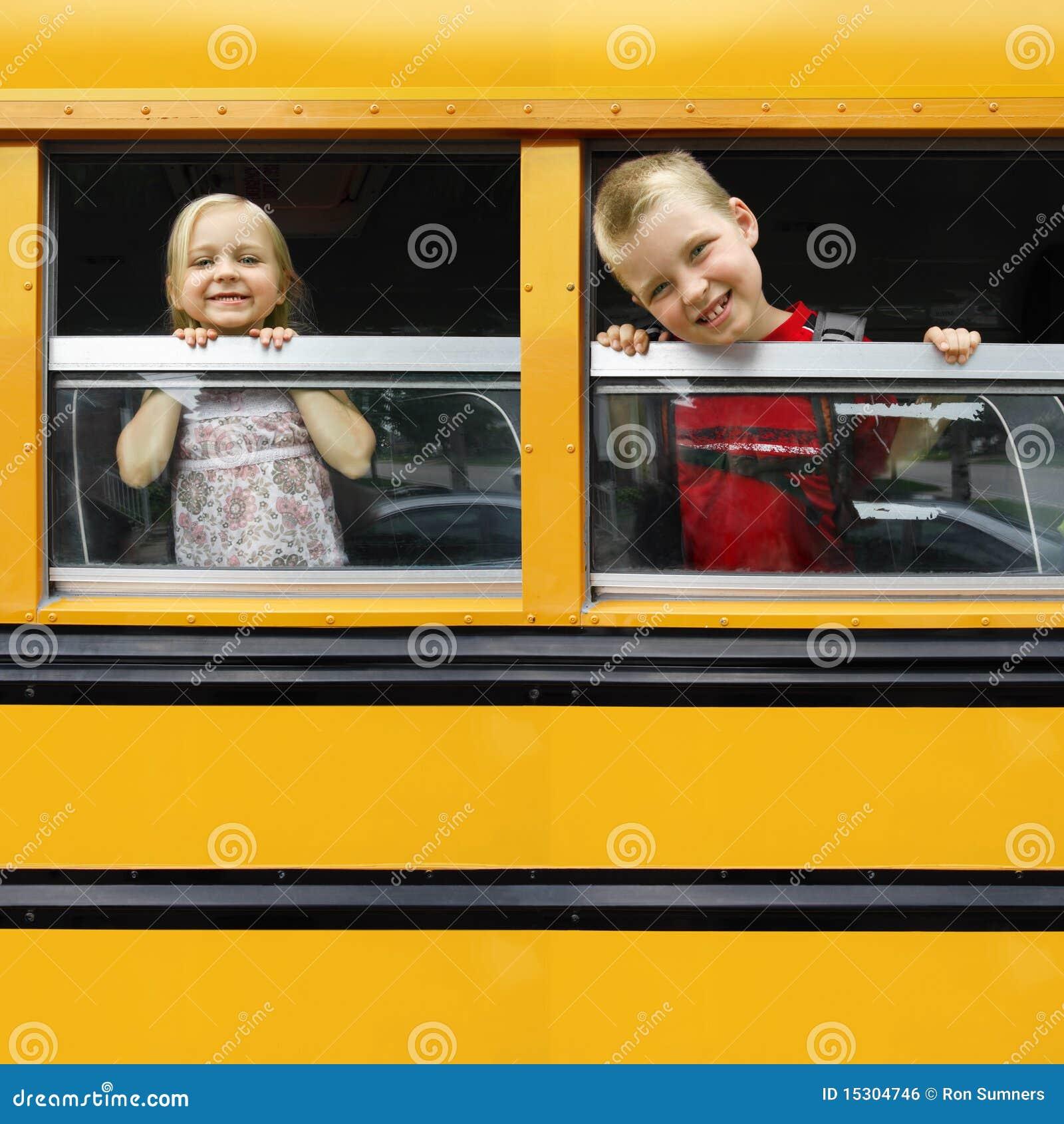 Niños en un autobús escolar
