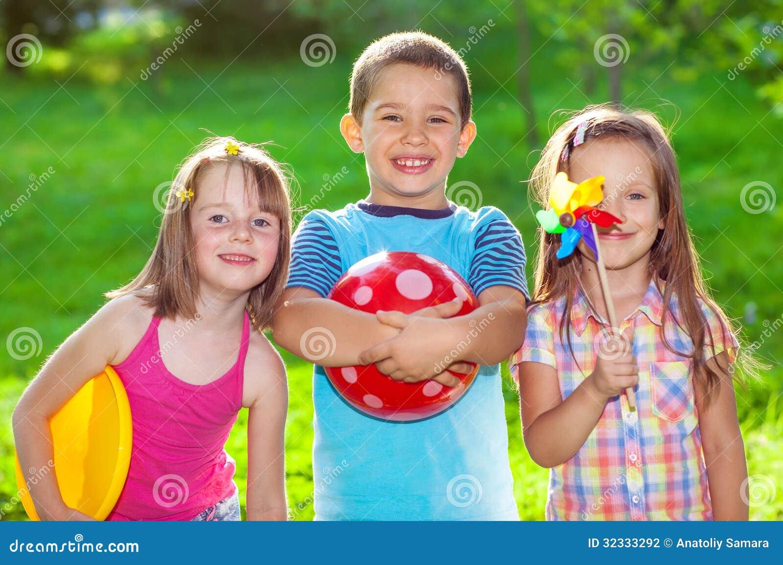 Niños en un parque del verano