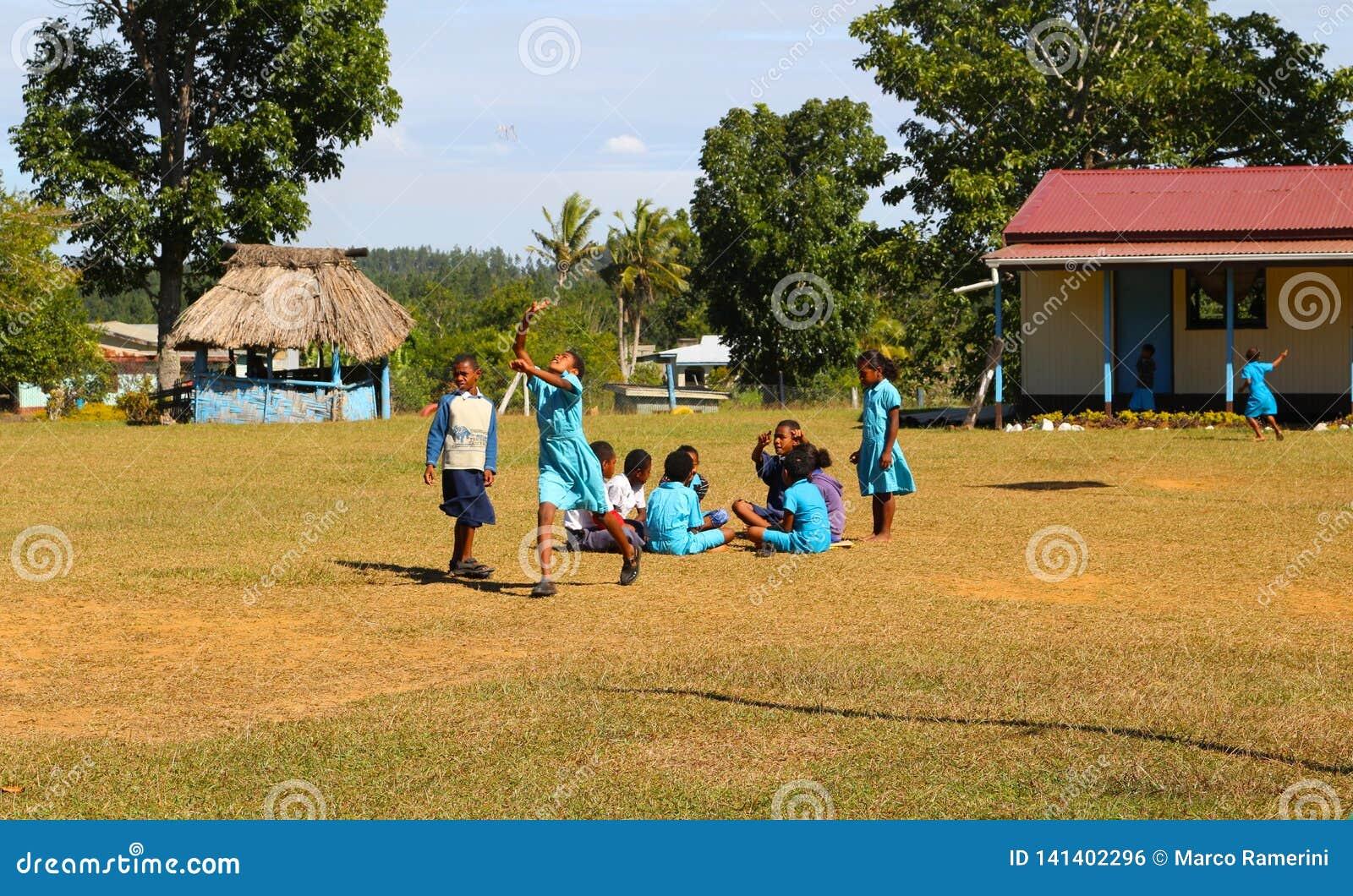 Niños en una escuela en un pueblo en Fiji