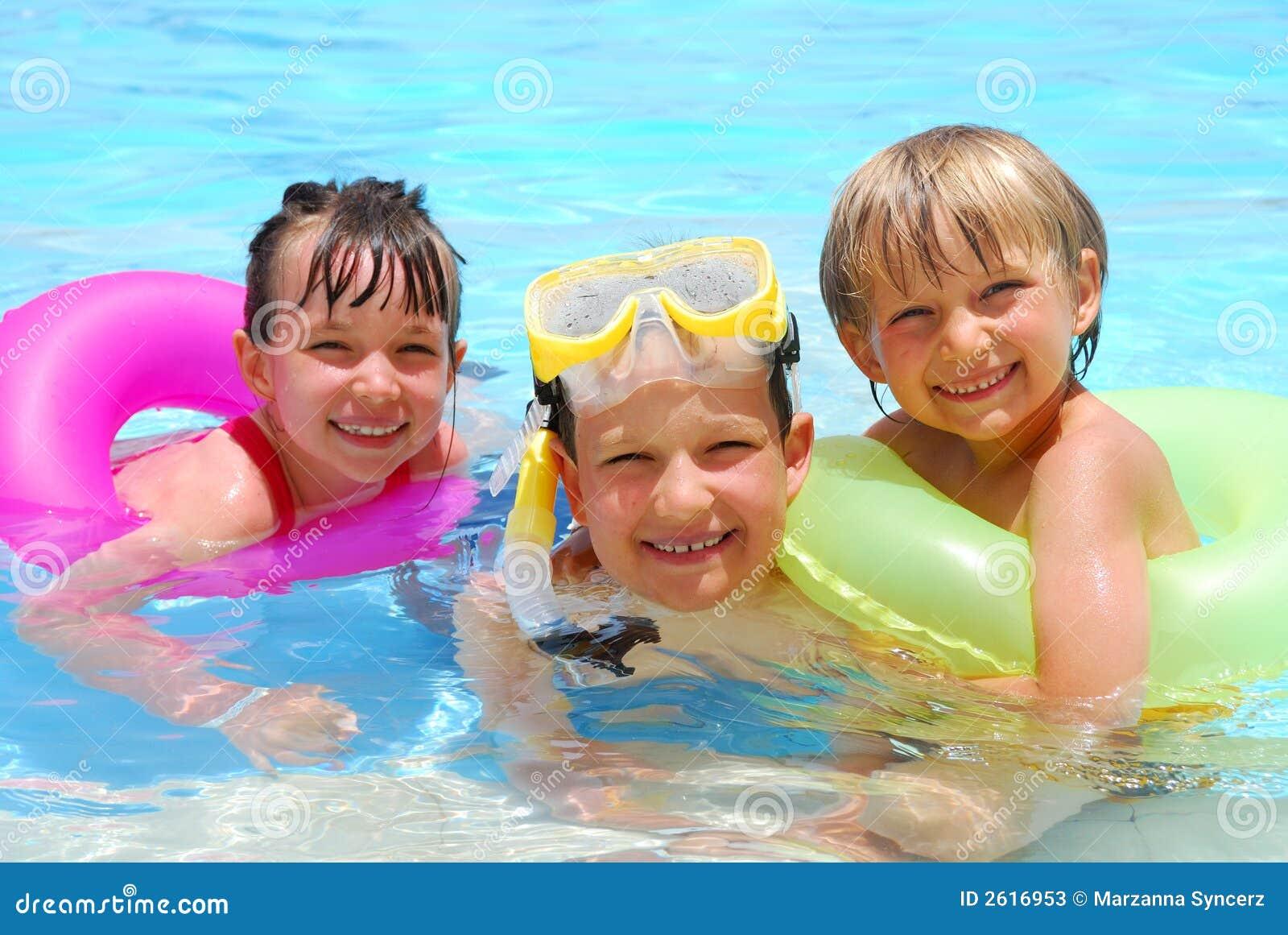 Ni os felices fotos de archivo imagen 2616953 for Clases de piscina para bebes