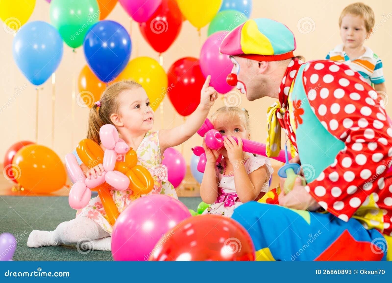 Ni os felices con el payaso en fiesta de cumplea os fotos - Imagenes de fiestas de cumpleanos ...