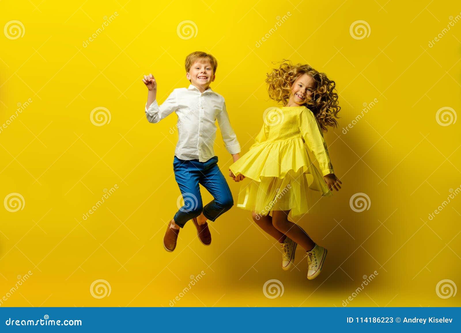 Niños felices de salto
