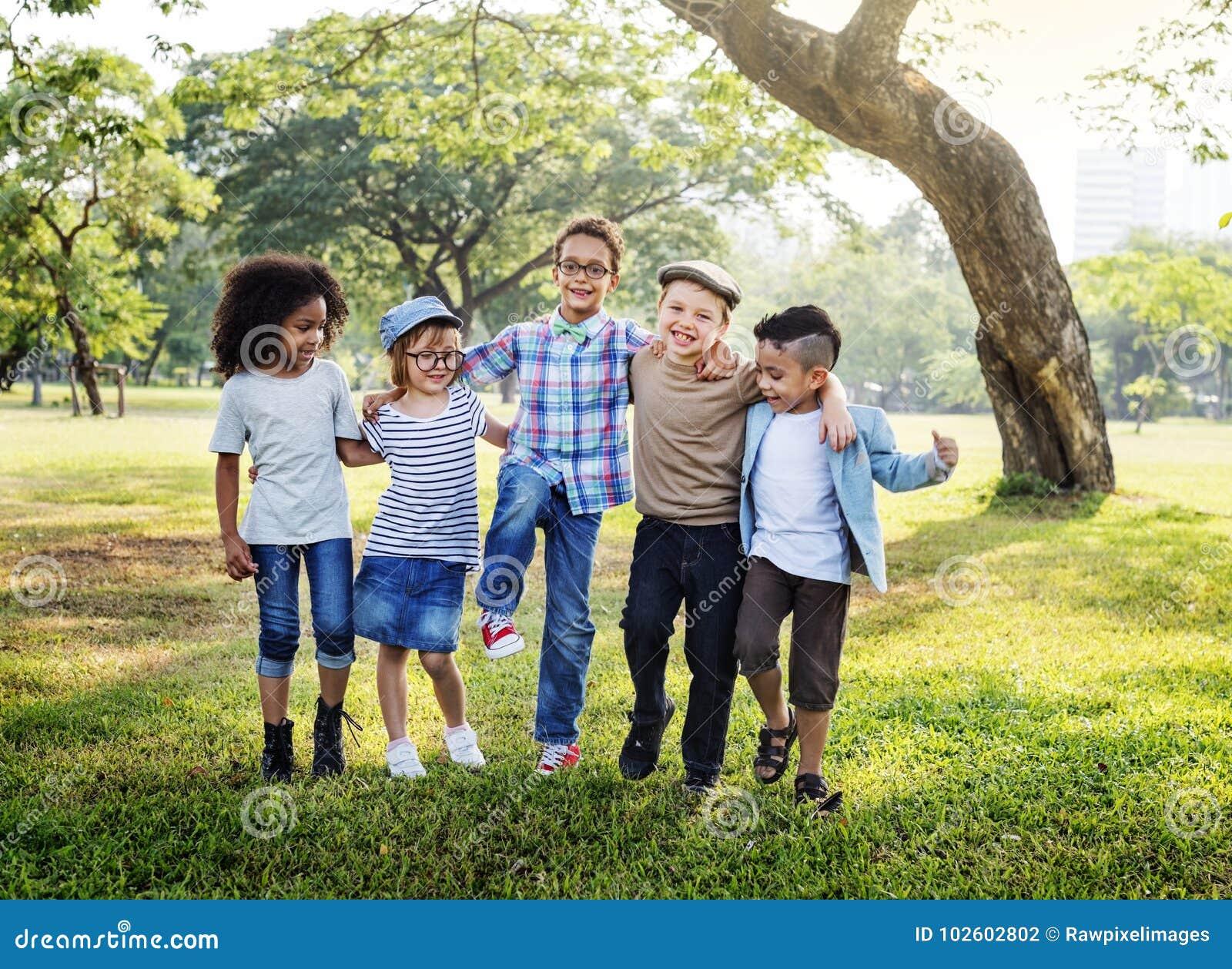 Niños felices en el parque