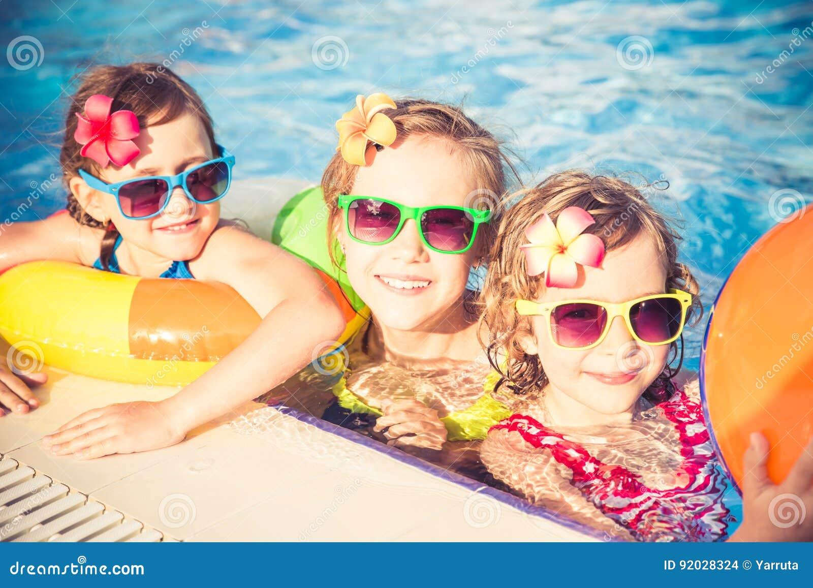 Niños felices en la piscina