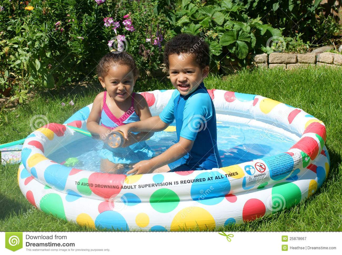 Ni os felices en piscina de batimiento fotograf a de for Best children s paddling pool