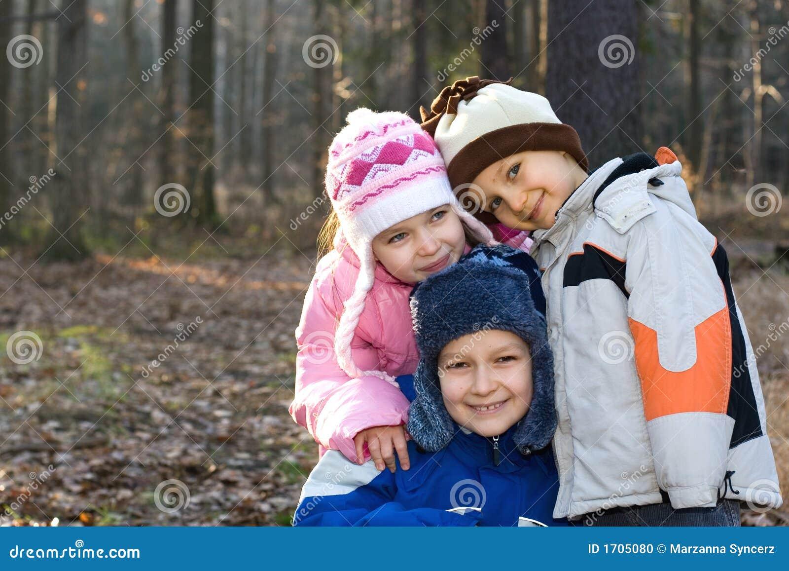 Niños felices en un bosque