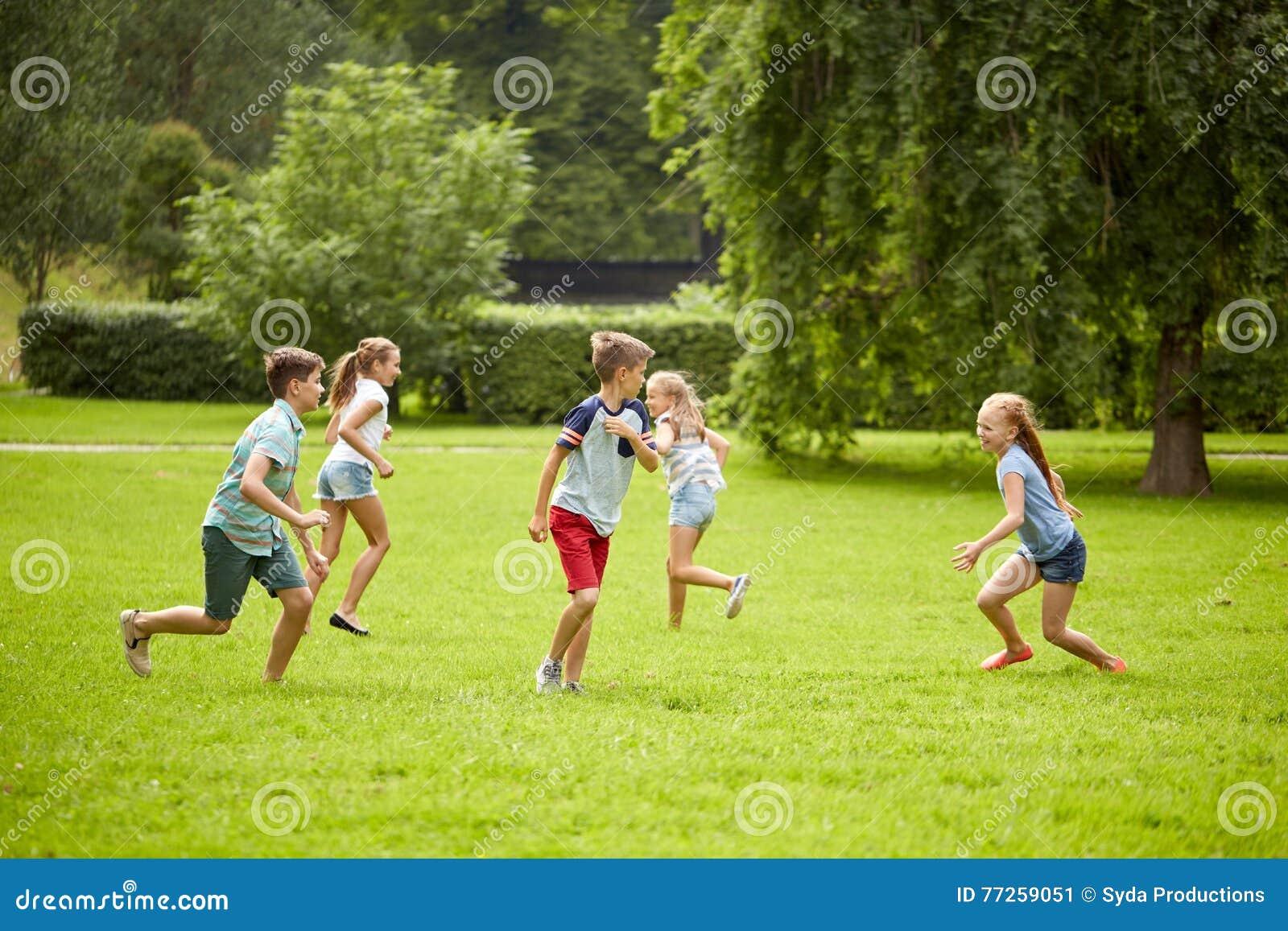 Ninos Felices Que Corren Y Que Juegan Al Juego Al Aire Libre Imagen