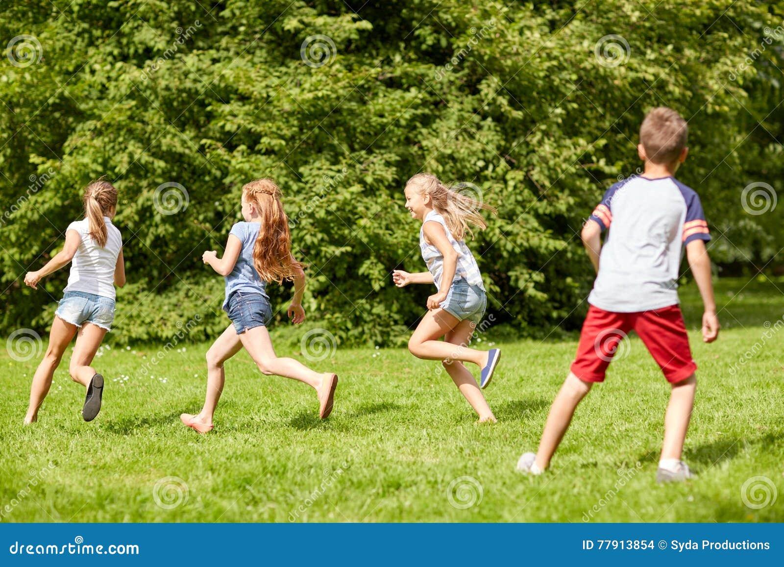 Ninos Felices Que Corren Y Que Juegan Al Juego Al Aire Libre Foto De