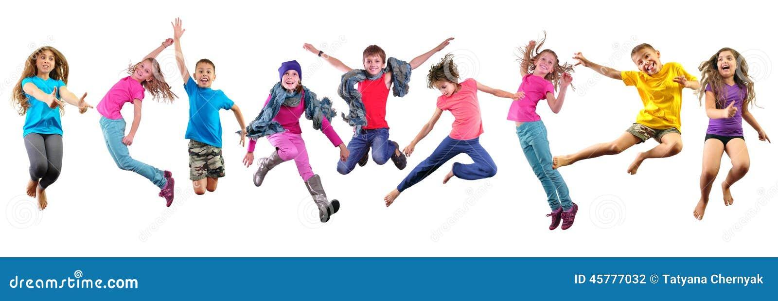 Niños felices que ejercitan y que saltan sobre blanco