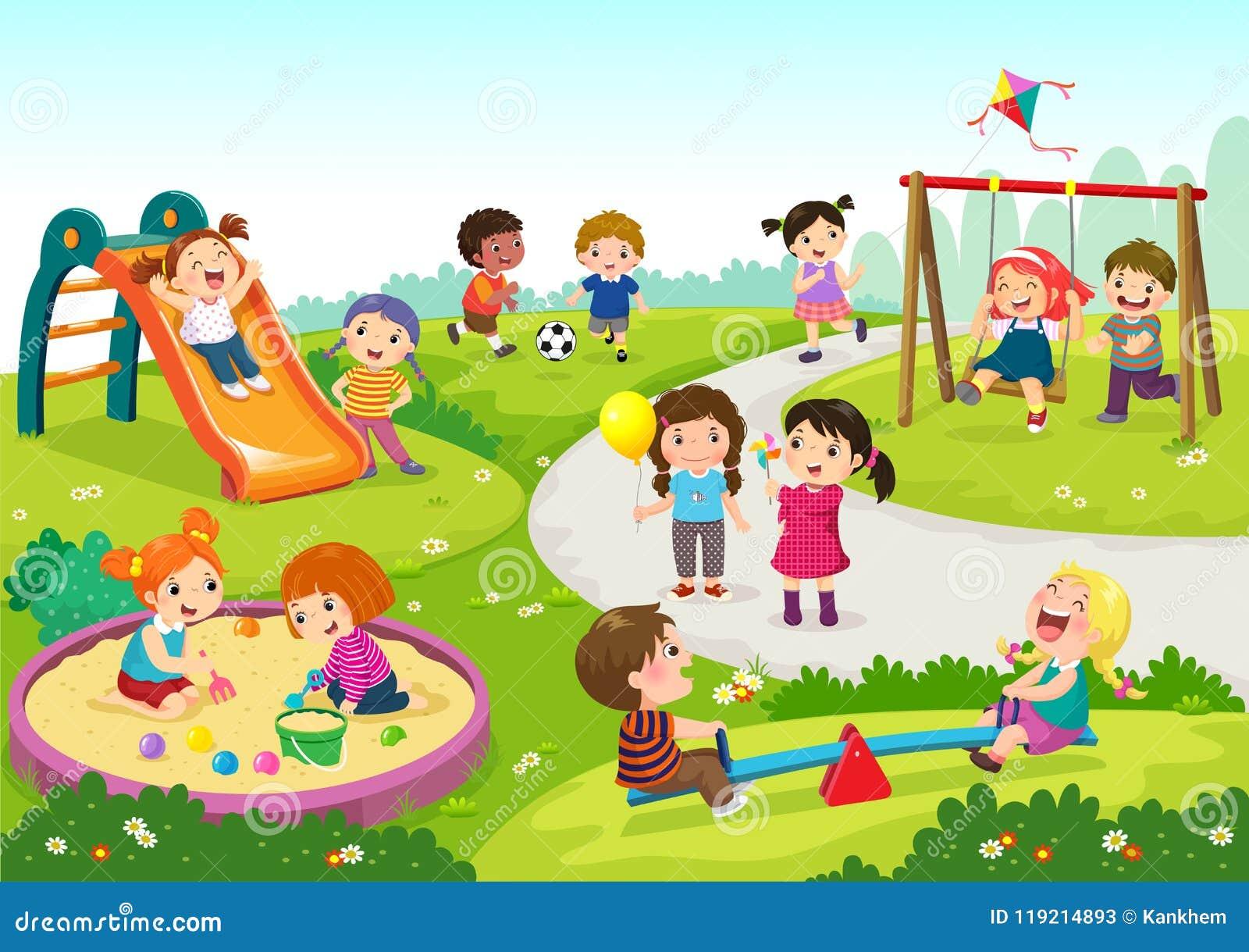 Niños felices que juegan en patio