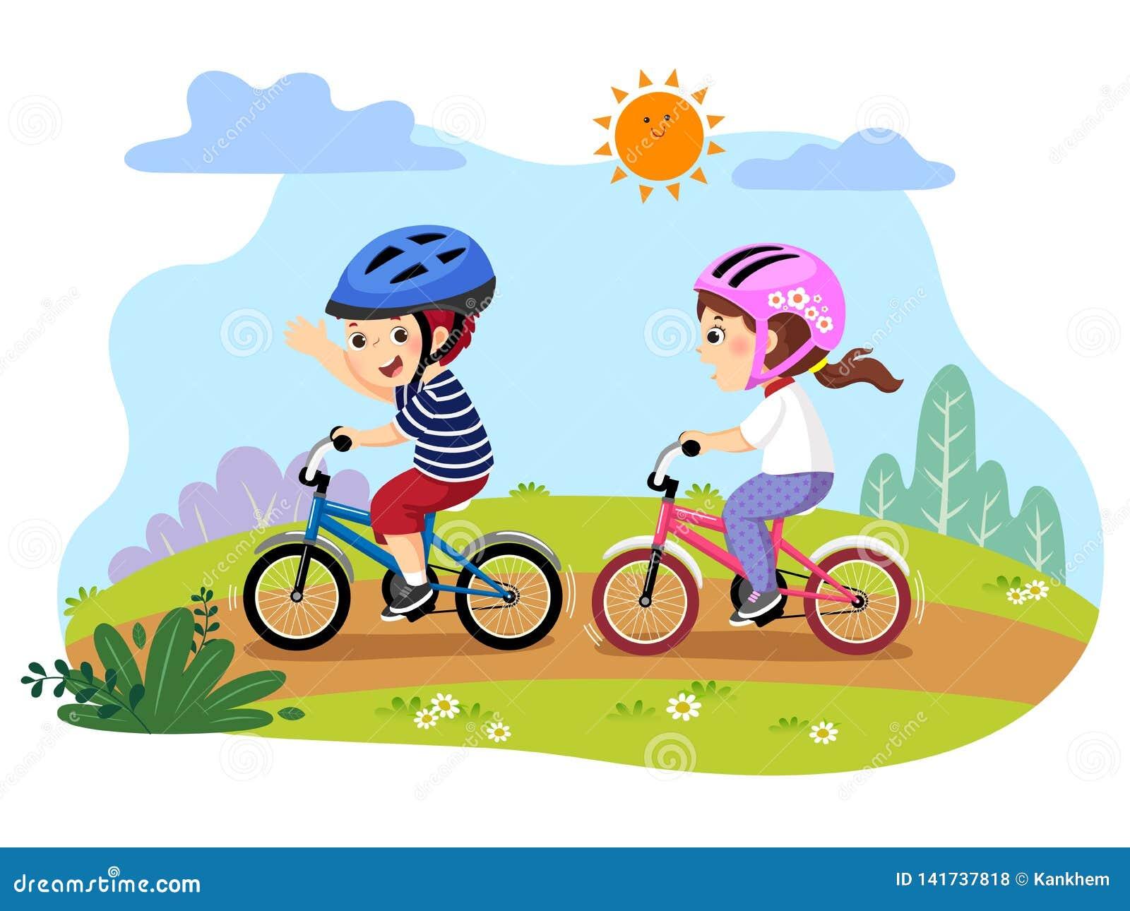 Niños felices que montan las bicicletas en el parque