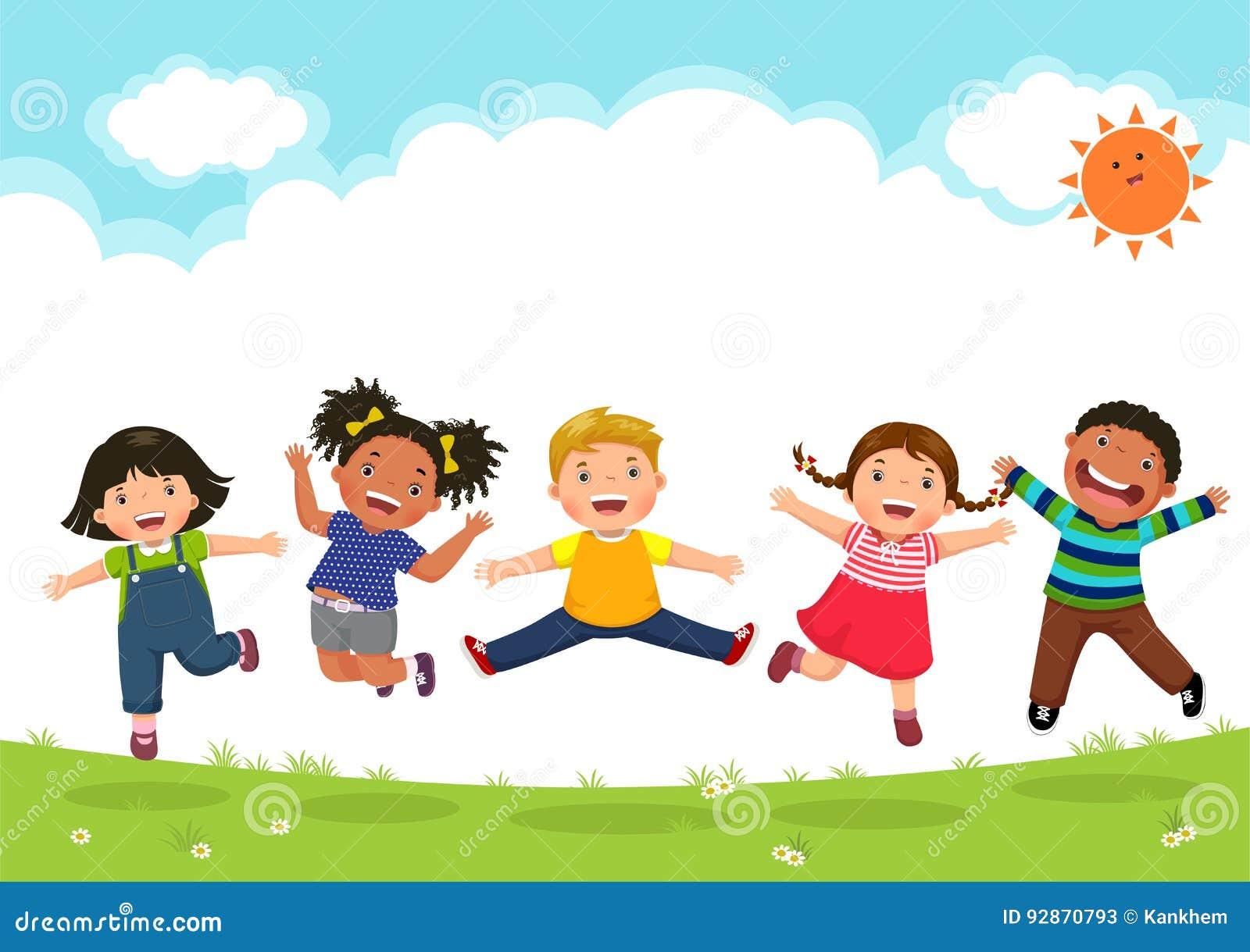 Niños felices que saltan junto durante un día soleado