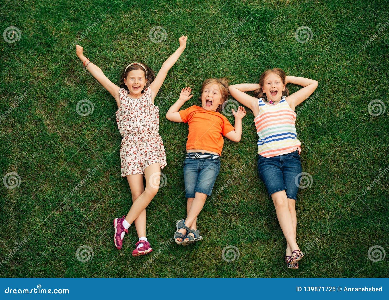Niños felices que se divierten al aire libre
