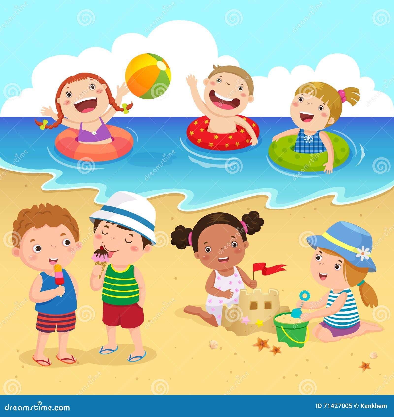 Niños felices que se divierten en la playa