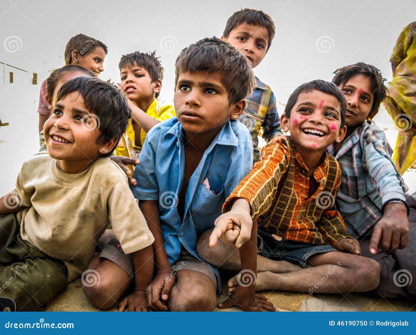 Niños indios en el desierto de Jaisalmer, Rajasthán, la India
