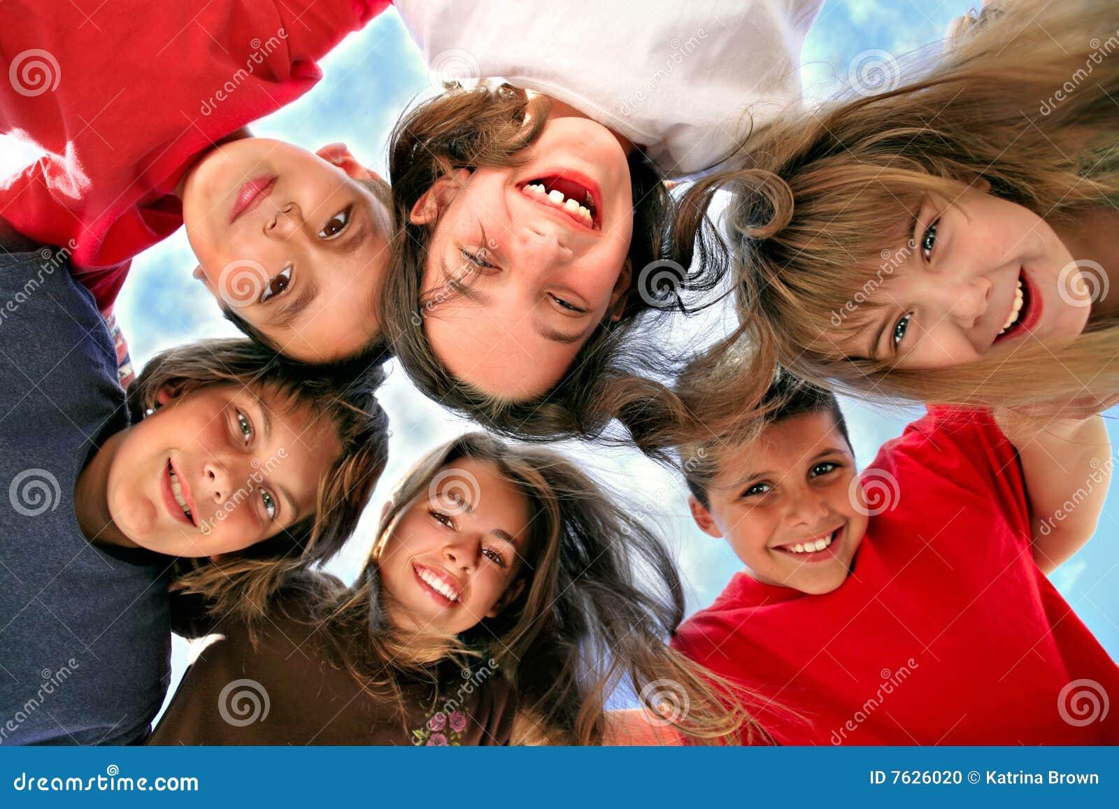 Niños jovenes felices que se divierten