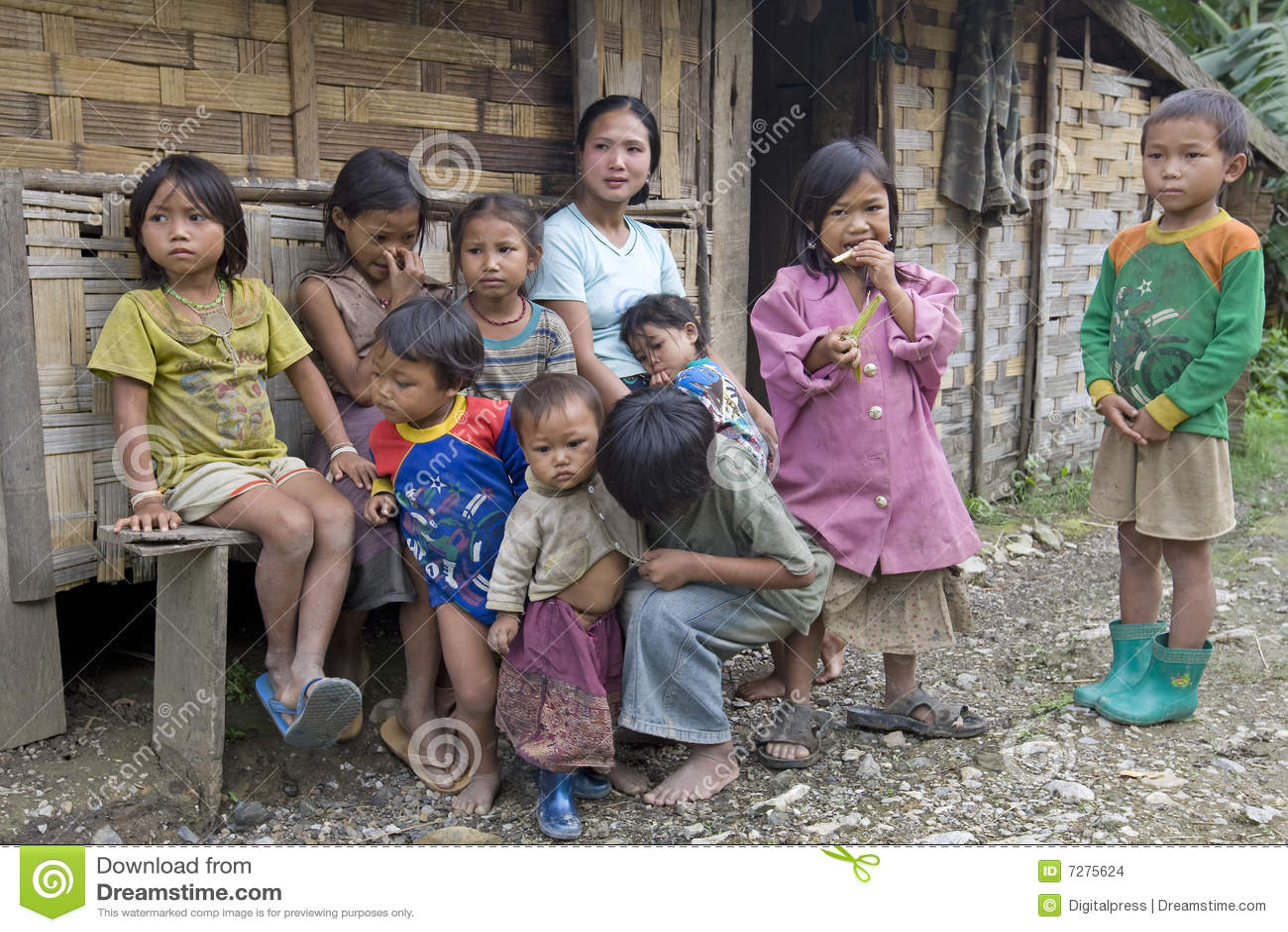 Niños laosianos pobres del hmong