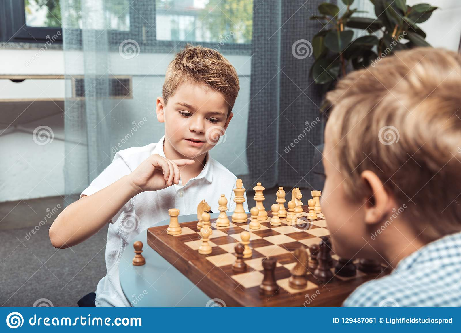 Niños pequeños que juegan a ajedrez