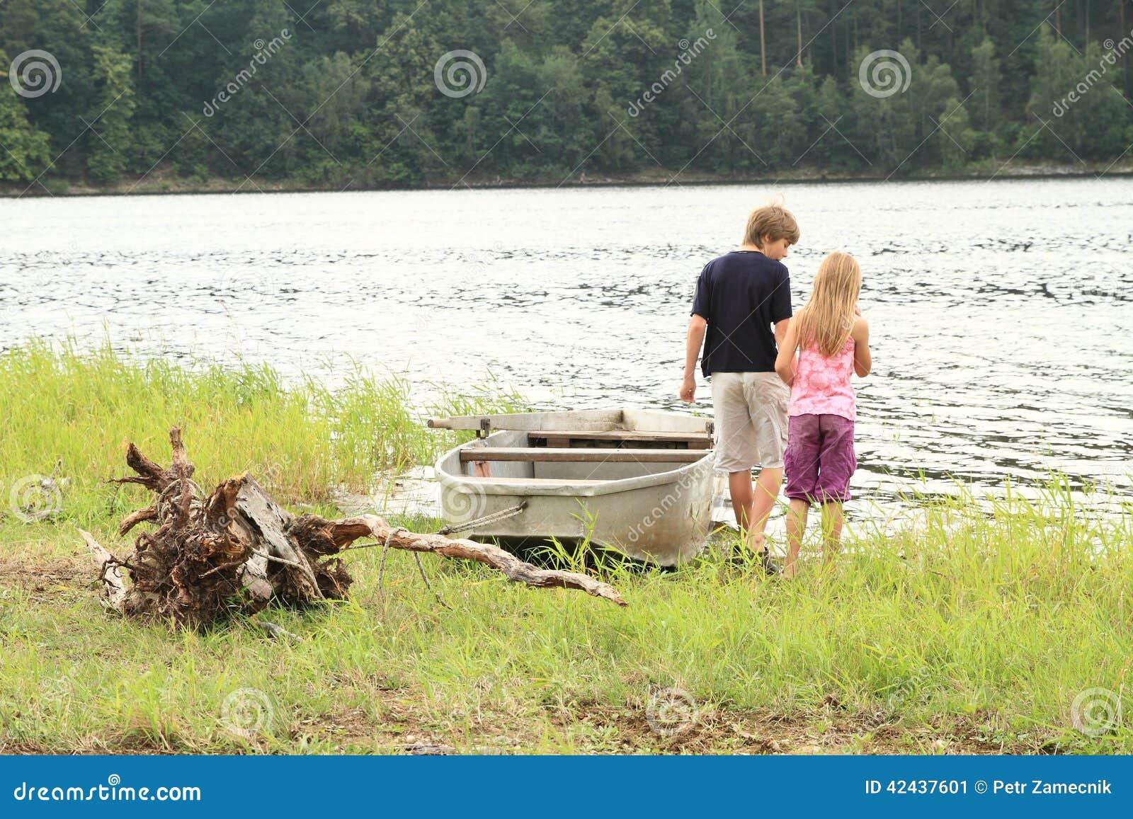 Niños por un lago