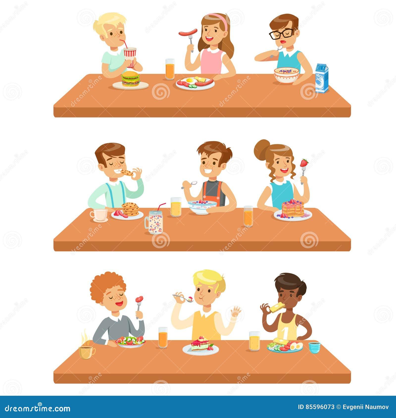 Niños Que Comen Brekfast Y La Comida Del Almuerzo Y Que Beben Los