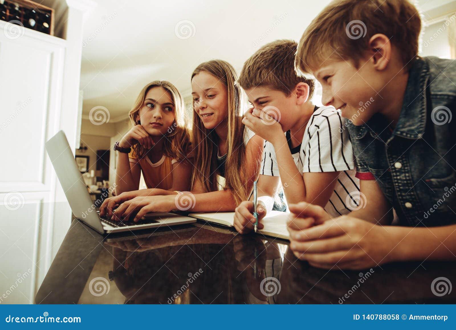 Niños que comparten conocimiento usando tecnología