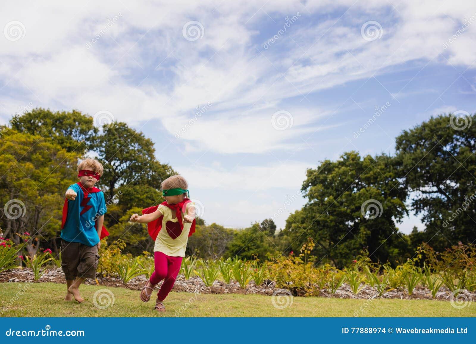 Niños Que Fingen Ser Super Héroe Foto de archivo