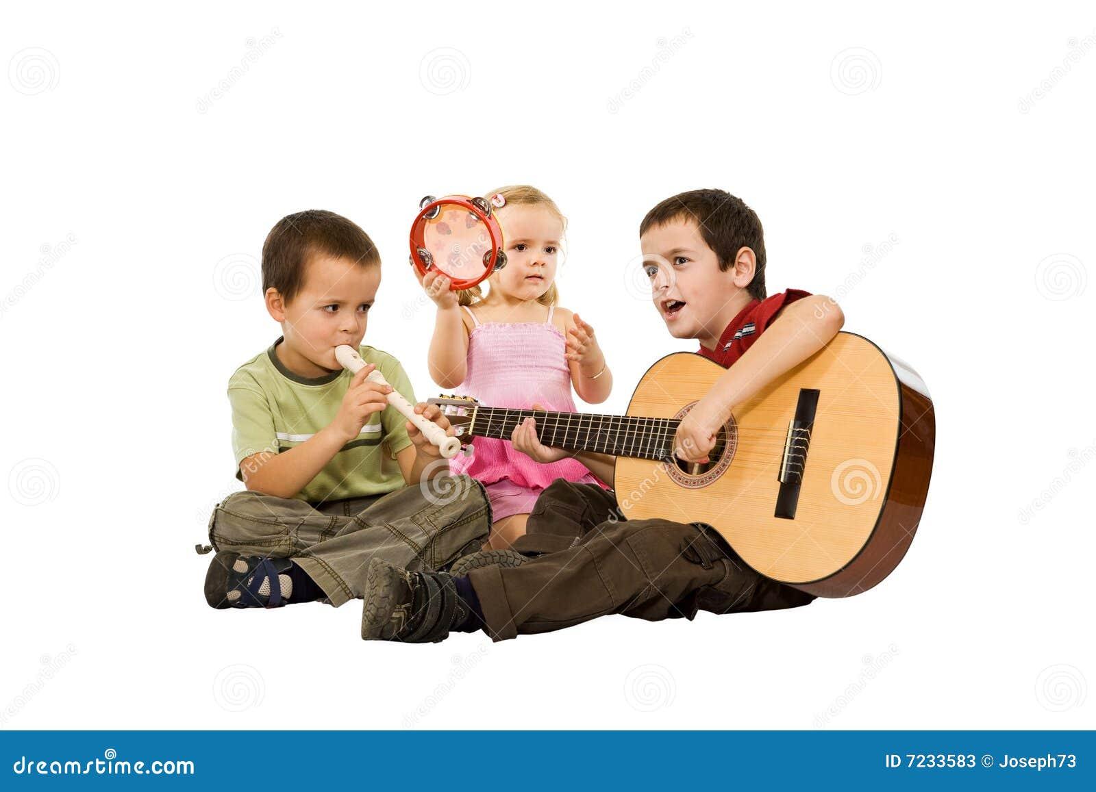 Niños que juegan con los instrumentos