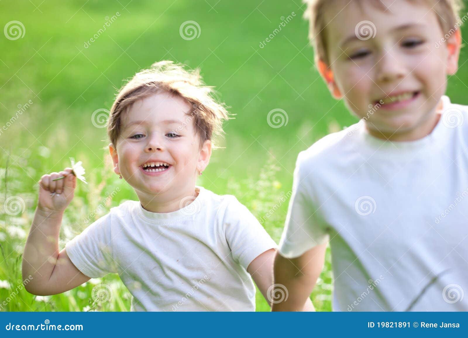Niños que juegan en campo