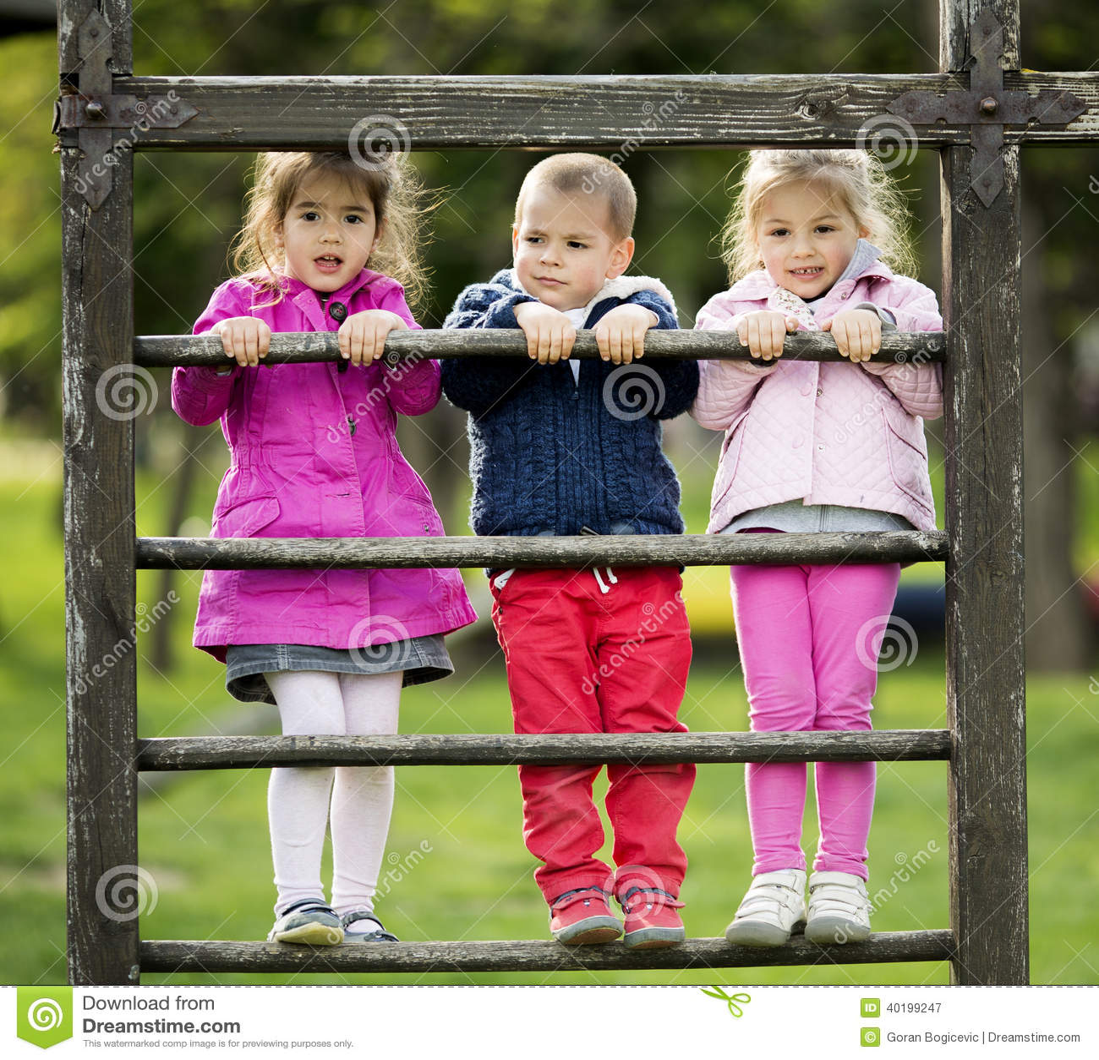 Niños que juegan en el patio