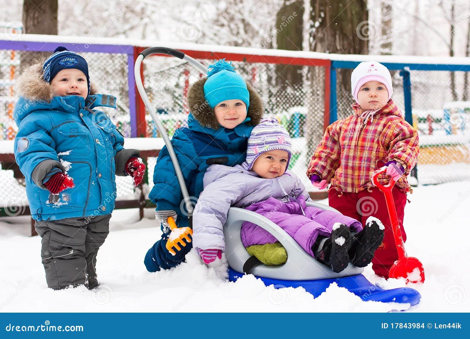 Niños que juegan en la nieve al aire libre