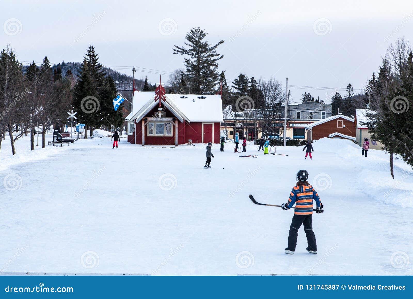 Niños que juegan a hockey