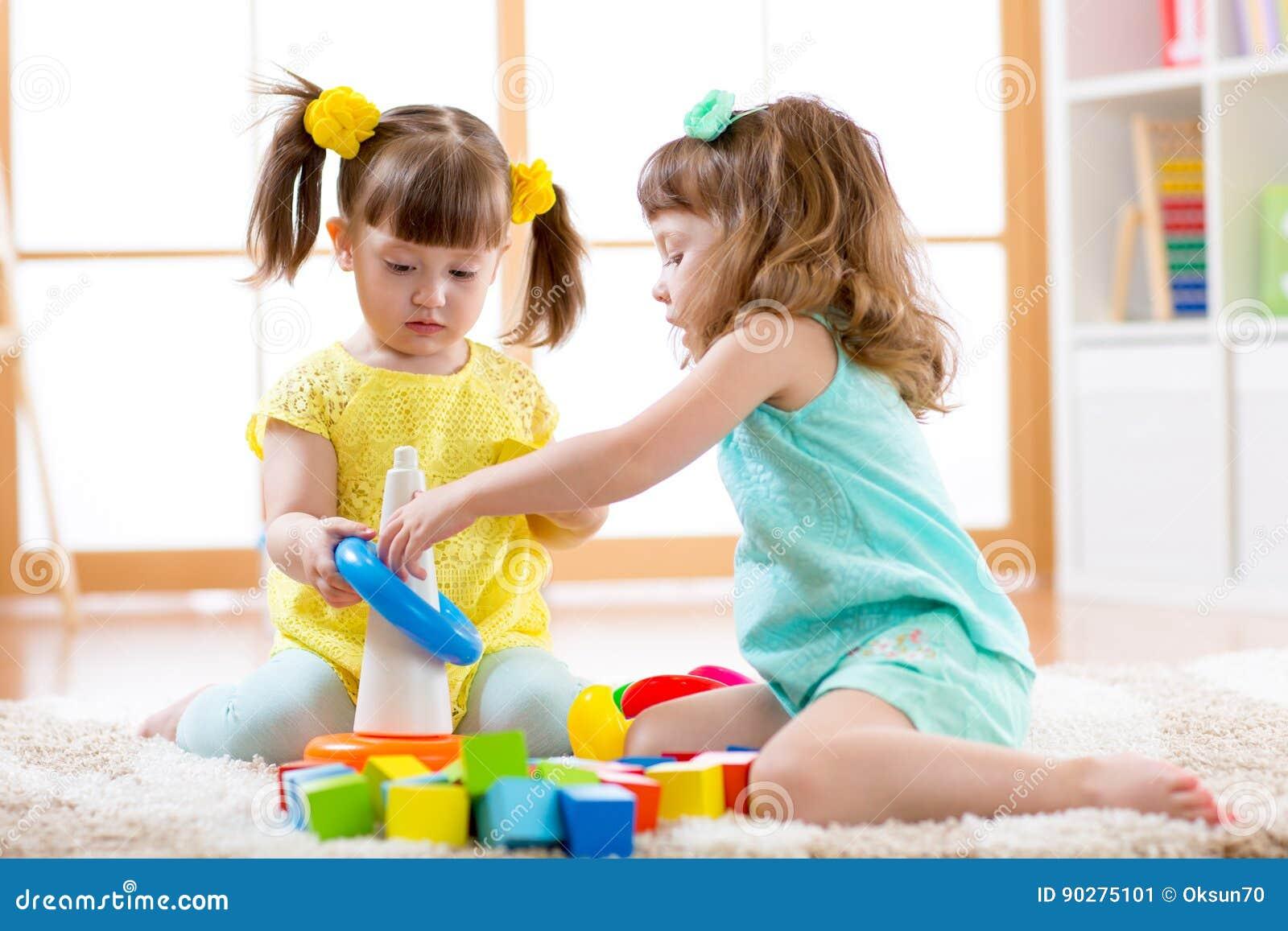 Niños que juegan junto Niño del niño y juego del bebé con los bloques Juguetes educativos para el preescolar y el niño de la guar