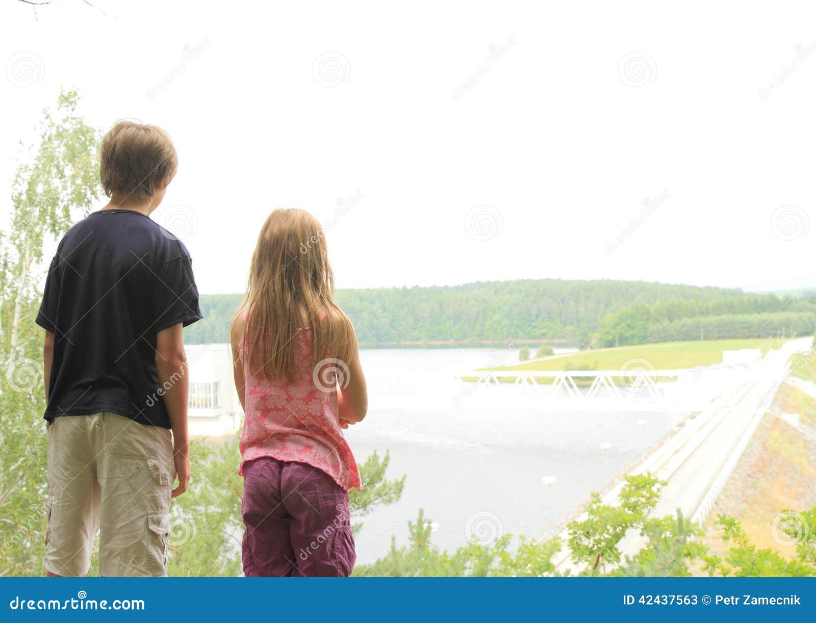 Niños que miran una presa