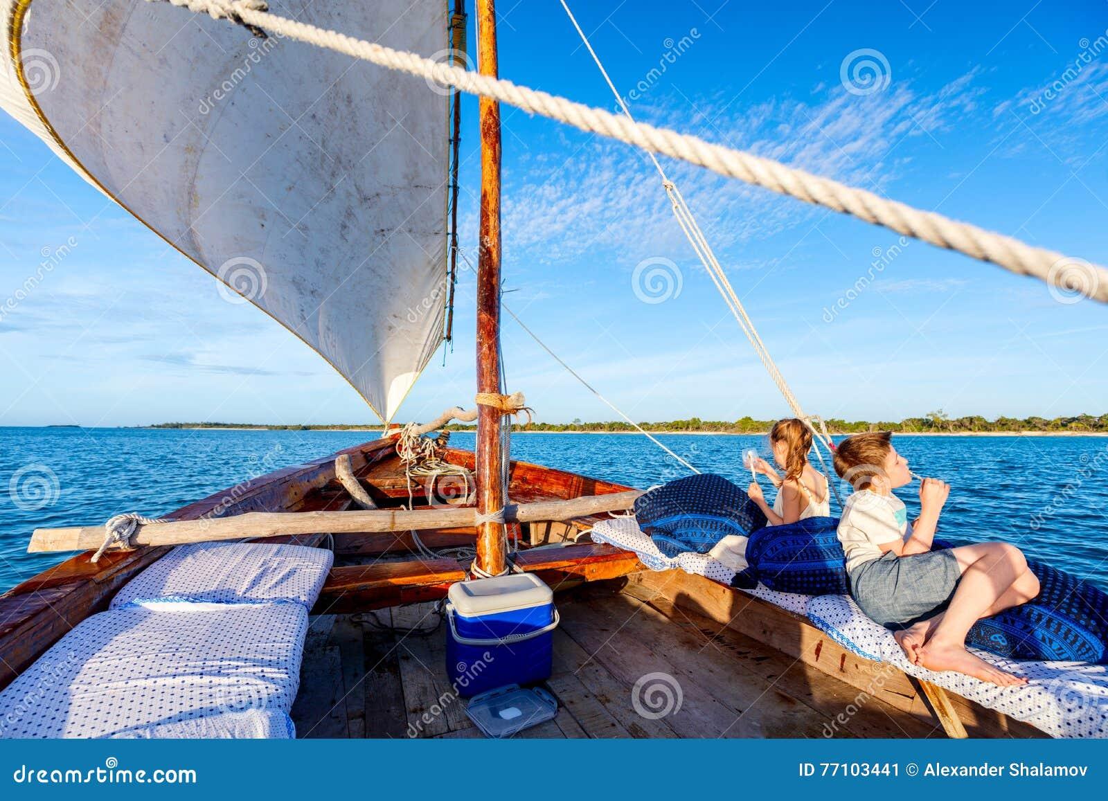 Niños que navegan en dhow