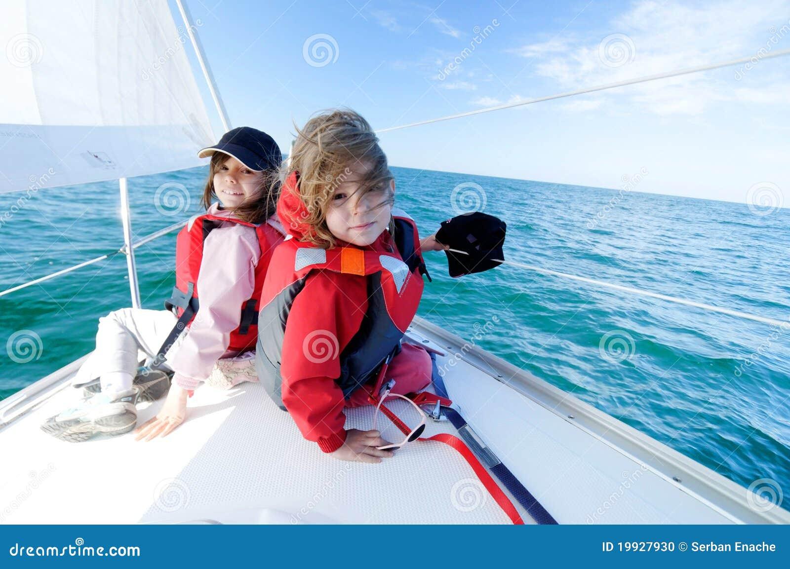 Niños que navegan en el yate