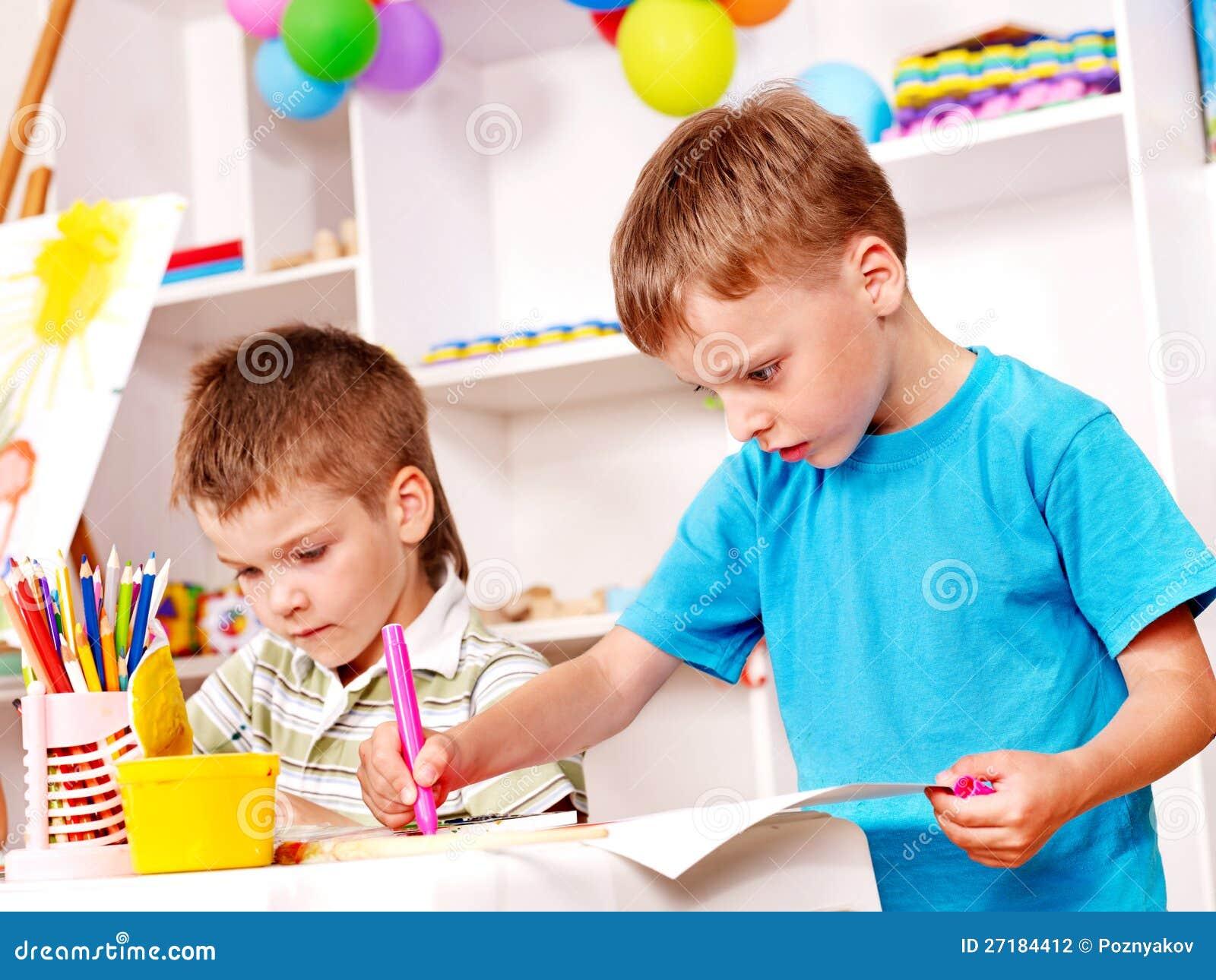 Ni os que pintan en jard n de la infancia foto de archivo imagen de creativo educaci n 27184412 - Tecnico jardin de infancia ...