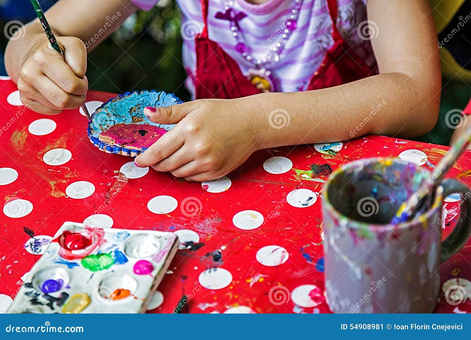 Niños que pintan la cerámica 13