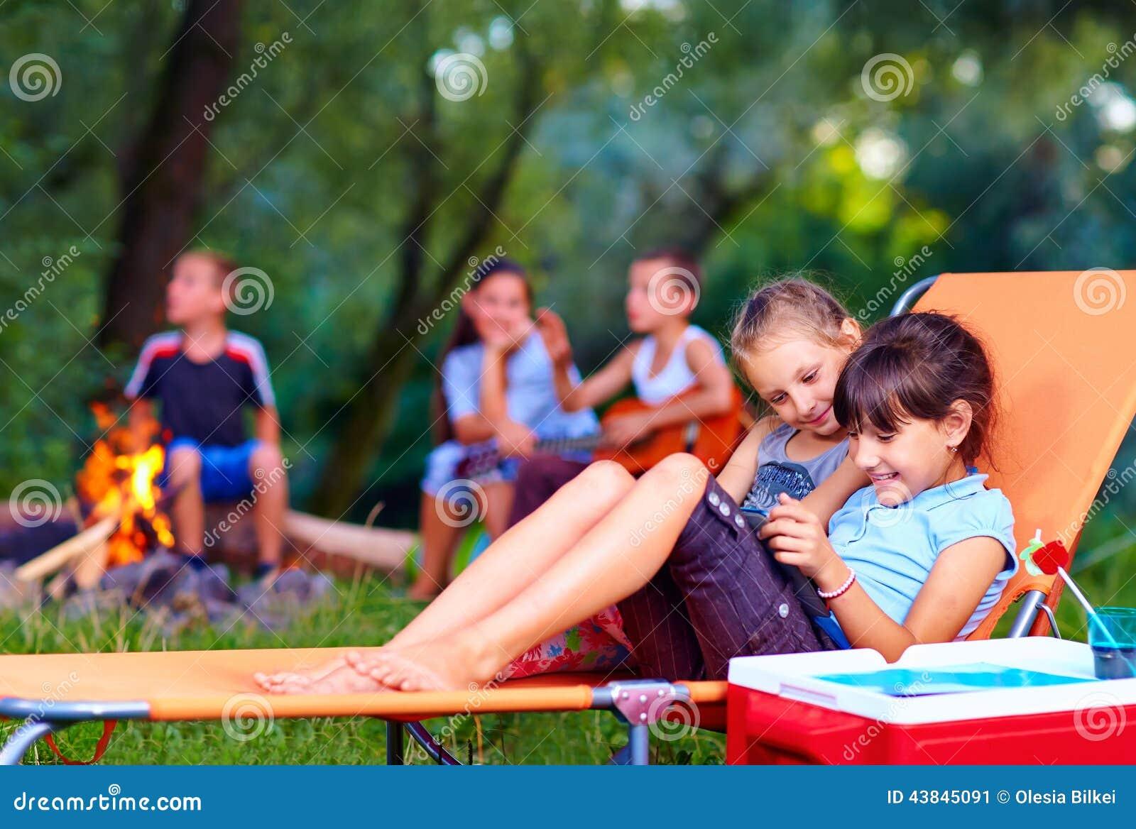 Niños que se divierten en campamento de verano