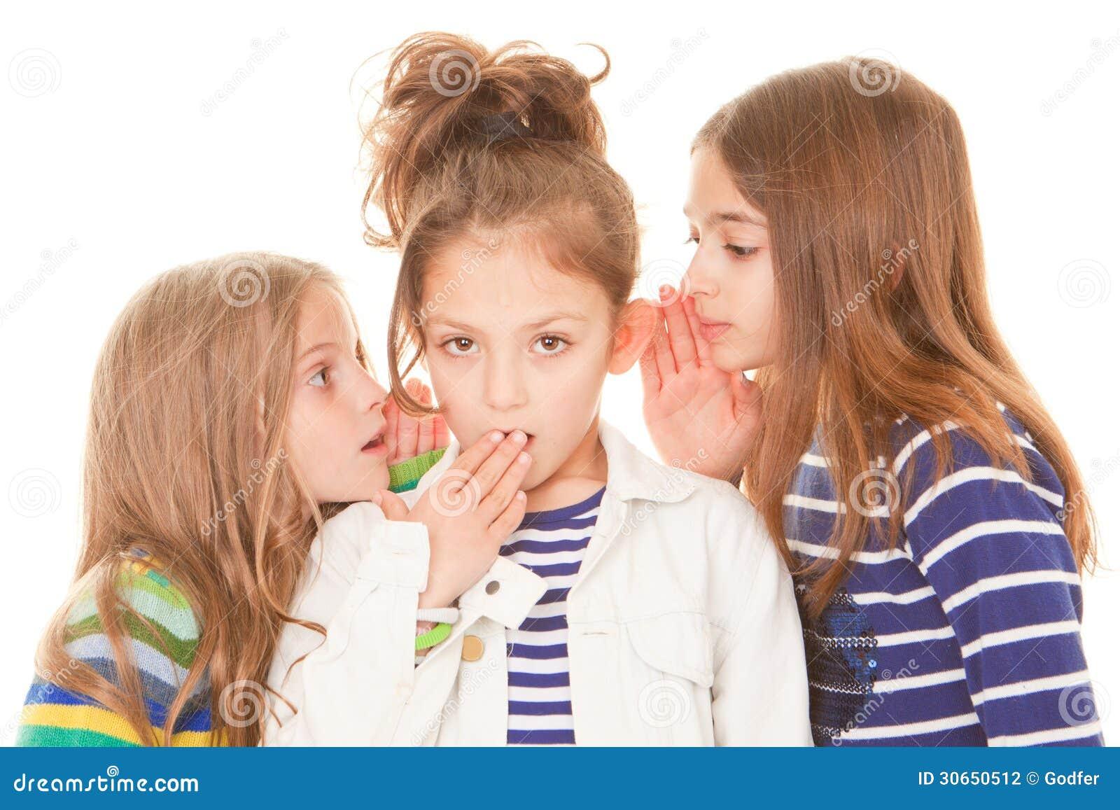Niños que susurran malas noticias